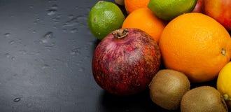 Vele diverse vruchten op een zwarte achtergrond Royalty-vrije Stock Afbeeldingen