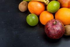 Vele diverse vruchten op een zwarte achtergrond Royalty-vrije Stock Fotografie