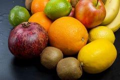Vele diverse vruchten op een zwarte achtergrond Stock Afbeeldingen