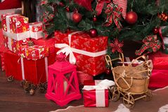 Vele dozen met Kerstmisgiften onder de Kerstboom Stock Foto