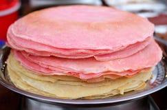 Vele dunne pannekoeken met knapperige korst worden gestapeld voor ontbijt en Shrovetide Maslenitsa Stock Afbeelding