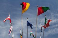Vele Europeanen-vlaggen in de wind tegen de hemel royalty-vrije stock foto's