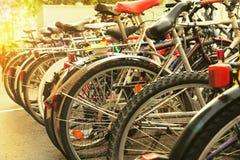 Vele fietsen op straat Stock Afbeeldingen