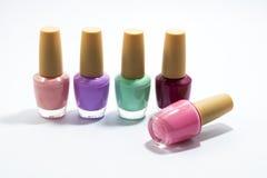 Vele flessen van kleurrijke vingernagel Stock Afbeeldingen