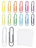Vele gedetailleerde glanzende paperclips in diverse kleuren Royalty-vrije Stock Foto's