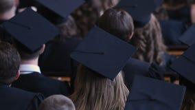 Vele gediplomeerden die bij graduatieceremonie toejuichen, toekomst van nationale economie stock video