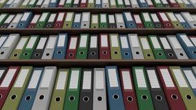 Vele gekleurde bindmiddelen op planken dolly geschotene, lage hoekmening 4K naadloze loopable animatie stock footage