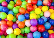 Vele gekleurde kleine verschillende ballen Royalty-vrije Stock Foto's