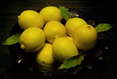 Vele gele citroenen in een vaas Stock Fotografie