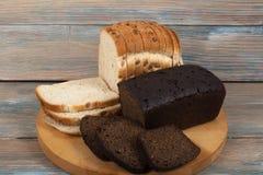 Vele gemengde broden en broodjes van gebakken brood op houten lijstachtergrond royalty-vrije stock fotografie