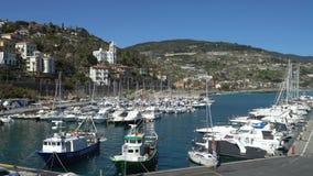 Vele genoegenjachten in de Jachthaven in Italiaanse Riviera stock video