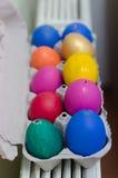 Vele geschilderde kleurrijke paaseieren in dienblad Royalty-vrije Stock Foto