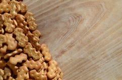 Vele gezouten crackers op een scherpe raad met exemplaarruimte Royalty-vrije Stock Foto's