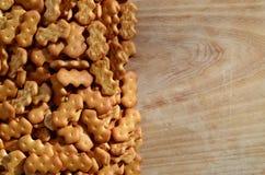 Vele gezouten crackers op een scherpe raad met exemplaarruimte Royalty-vrije Stock Foto