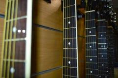 Vele gitaren op een rij stock foto