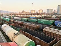 Vele goederentreinen bij het station stock afbeelding