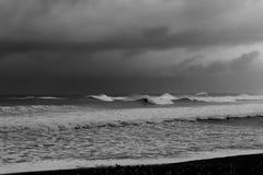 Vele Golfpieken die op Zwart-wit Strand breken Stock Afbeeldingen