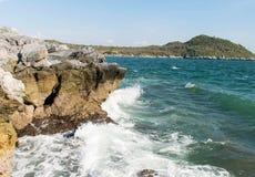 Vele golven van het overzees zijn effectrots bij het strand Stock Foto's