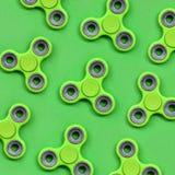 Vele green friemelt spinners ligt op textuurachtergrond van groen de kleurendocument van de manierpastelkleur in minimaal concept royalty-vrije stock foto