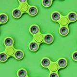 Vele green friemelt spinners ligt op textuurachtergrond van groen de kleurendocument van de manierpastelkleur in minimaal concept stock afbeeldingen