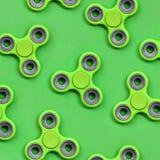 Vele green friemelt spinners ligt op textuurachtergrond van groen de kleurendocument van de manierpastelkleur in minimaal concept stock fotografie