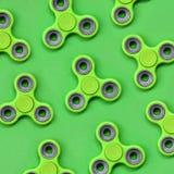 Vele green friemelt spinners ligt op textuurachtergrond van groen de kleurendocument van de manierpastelkleur in minimaal concept stock foto