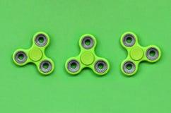 Vele green friemelt spinners ligt op textuurachtergrond van groen de kleurendocument van de manierpastelkleur in minimaal concept stock afbeelding