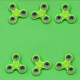 Vele green friemelt spinners ligt op textuurachtergrond van groen de kleurendocument van de manierpastelkleur in minimaal concept royalty-vrije stock afbeelding