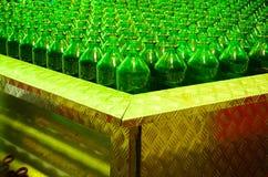 Vele groene glasflessen Stock Fotografie