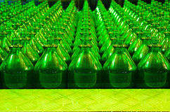 Vele groene glasflessen Stock Afbeelding
