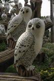 Vele grote ceramische uilen in de tuin Stock Foto's