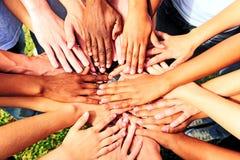 Vele handen samen: groep die mensen bij handen aansluit zich stock fotografie