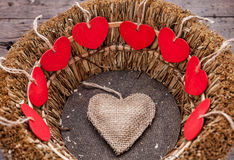 Vele harten binnen een houten mand Royalty-vrije Stock Afbeeldingen