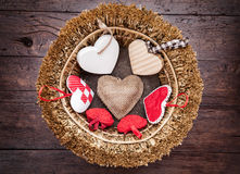 Vele harten binnen een houten mand Royalty-vrije Stock Afbeelding