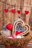 Vele harten binnen een houten mand Royalty-vrije Stock Foto's