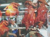 Vele heerlijke geroosterde eend of kip hangt op roestvrije hanger stock afbeelding