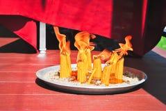 Vele heilige kaarsen in gelovig Stock Afbeelding