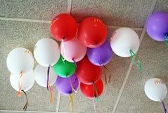 Vele heldere ballons onder plafondclose-up Stock Fotografie