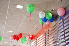 Vele heldere ballons onder plafondclose-up royalty-vrije stock fotografie