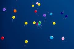 Vele heldere baloons in de blauwe hemel Royalty-vrije Stock Foto