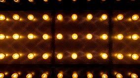 Vele heldere gloeiende glaslampen Verlichting van de vastgestelde retro lampen van Edison op donkere rabitzachtergrond Modieuze z stock video