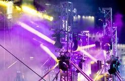 Vele heldere schijnwerpers die stadium met mist bij overleg verlichten Stock Afbeelding