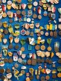 Vele herdenkingsmuntstukken op blauwe achtergrond royalty-vrije stock foto