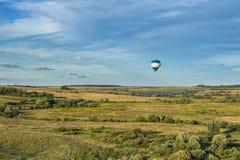 Vele hete luchtballons in de hemel bij blauwe hemel met wolkenachtergrond stock afbeelding
