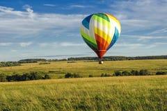 Vele hete luchtballons in de hemel bij blauwe hemel met wolkenachtergrond royalty-vrije stock foto