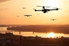 Vele hommels die over stad vliegen stock fotografie