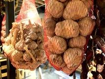 Vele hoofden van droog knoflook hangen in netten op het winkelvenster royalty-vrije stock foto