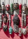Vele houten maskers op markt in Katmandu in Nepal stock foto's