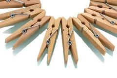 Vele houten opgemaakte die wasknijpers, keurig, op wit worden geïsoleerd Royalty-vrije Stock Fotografie