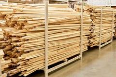 Vele houten planken in ijzerhandel stock foto